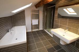 3 Sweden How, Ambleside, Bathroom 02
