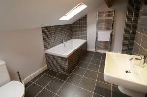 Th eParsonage, Ambleside, Bathroom 03