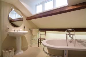 Barnhowe, Elterwater, Upper Bathroom